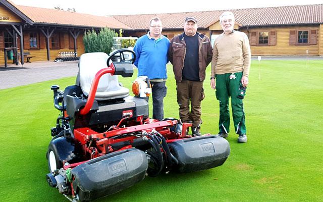 Head Greenkeeper Hermann Scholer mit 2 von 4 Kollegen